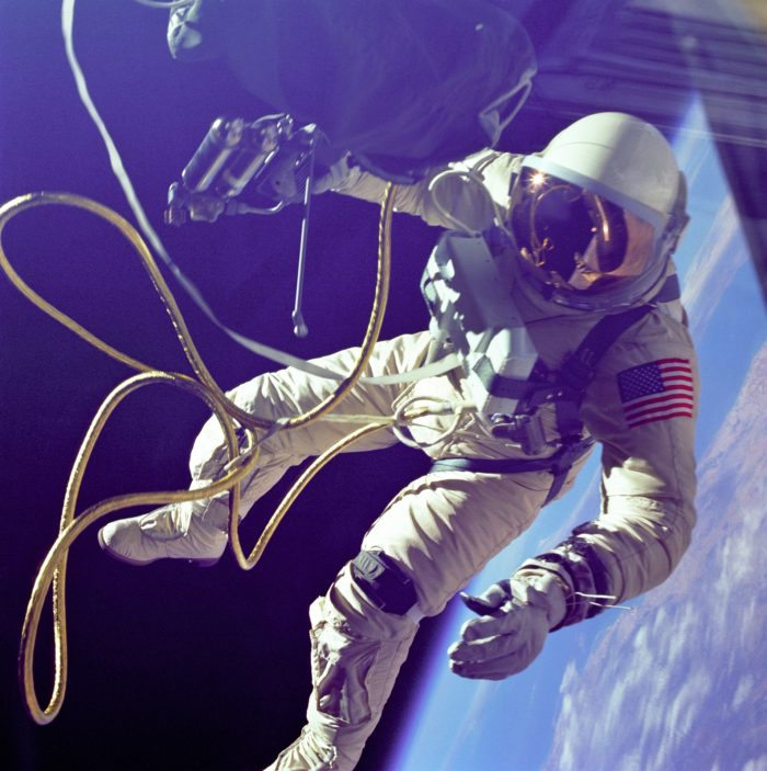 spacewalk 2101486 1920 700x703